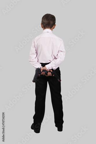Мальчик с пистолетами на сером фон плакат