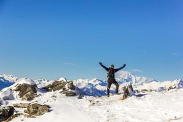 Persona felice in montagna con braccia alzate