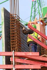 Bauarbeiter prüft Bewehrung