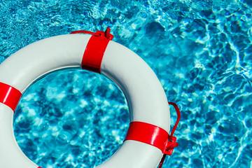 Rettungsring in einem Pool