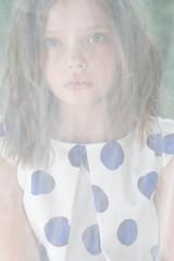 Портрет маленькой девочки за сетчатой тюлью