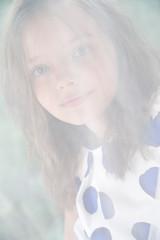 портрет 8 летней девочки за сетчатой тюль