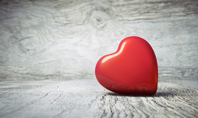 Rotes Herz auf Holzhintergrund