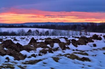 Acker im Winter nach Sonnenuntergang