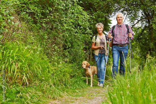 Senioren mit Hund auf Wanderung - 76750295