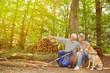 Paar Senioren sieht Ziel im Wald