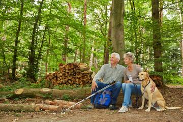 Zwei Rentner bei Wanderung im Wald