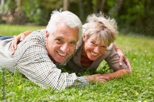 Leinwanddruck Bild Glückliches Paar Senioren auf einer Wiese
