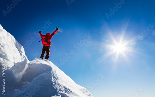 Tuinposter Alpinisme Mountaineer celebrates the conquest of the summit.