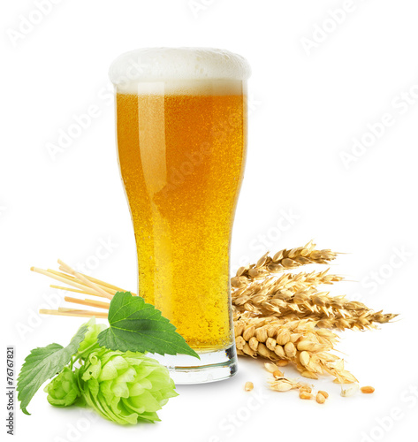 Papiers peints Biere, Cidre glass of beer with wheat and hops isolated on the white backgrou