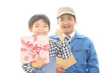 プレゼントを持つ笑顔の男の子