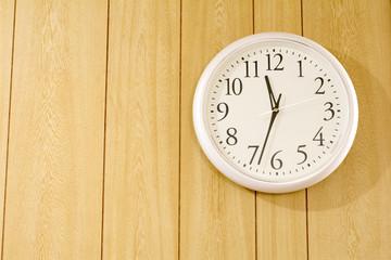 壁掛け時計と木の壁