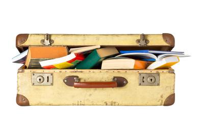 Alter Koffer voller Bücher - Kulturreise