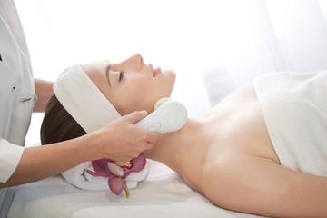 Spa salon: Young Beautiful Woman Having Facial Massage .