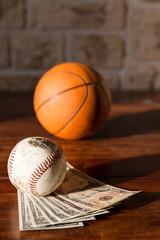Basketball und Baseball mit Dollars