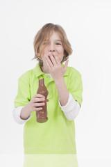 Junge isst Ostern Schokoladenhasen