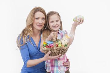 Mutter und Tochter mit Osterei Korb, Lächeln, Portrait