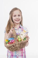 Mädchen mit Osterei Korb, Lächeln, Portrait
