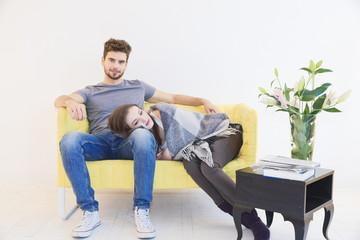 Junges Paar auf Couch