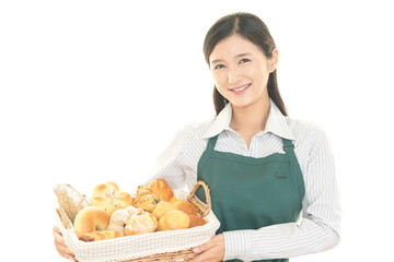 パンを運ぶ女性