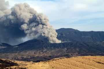 噴火する阿蘇山