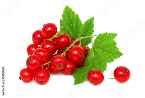 Papiers peints Fruit One bunch of ripe redcurrant with green leaves (isolated)