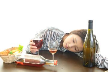 ワインを飲みすぎた女性