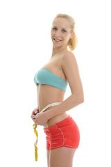 junge Frau in Sportbekleidung misst BMI
