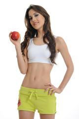 dunkelhaarige sportliche Frau mit Apfel
