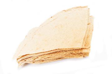 pane carasau su sfondo bianco