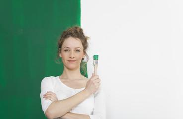 Frau mit gruenem Pinsel
