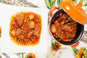 Spezzatino di carne con patate piselli e carote