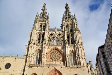 fachada de la catedral de burgos en invierno
