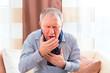 Senior hustet wegen Erkältung