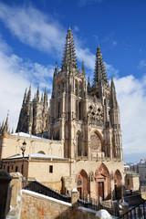 catedral de burgos con nieve en invierno