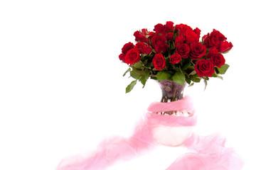 rote Rosen in Vase mit Tuch