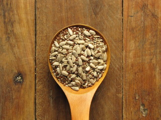 Cuchara de madera con semillas / Wood spoon full with seeds