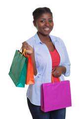 Junge Frau aus Afrika kommt vom Einkaufen
