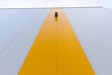 Parete verticale con striscia gialla
