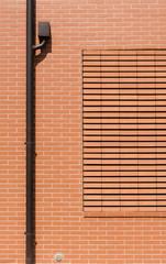 Grondaia su muro con pietra a vista