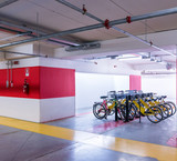 Parcheggio sotterraneo con biciclette
