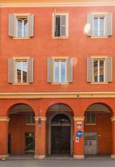 Palazzo con portico a Modena