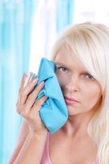 Frau mit Eisbeutel und Zahnschmerzen