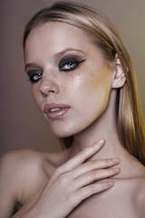 Портрет блондинки с вечерним макияжем в приглушённых тонах
