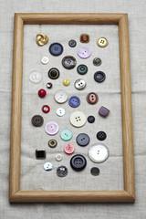 bottoni colorati su fondo tela