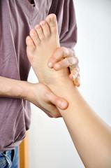 Heilpraktiker behandelt Fuß mit Osteopathie