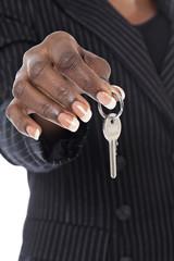 femme noire tenant clé