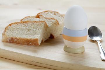 Weißbrot und gekochtes Ei