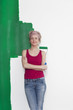 canvas print picture - Frau mit Farbrolle vor Wand