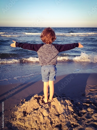 canvas print picture child enjoying the fresh sea air